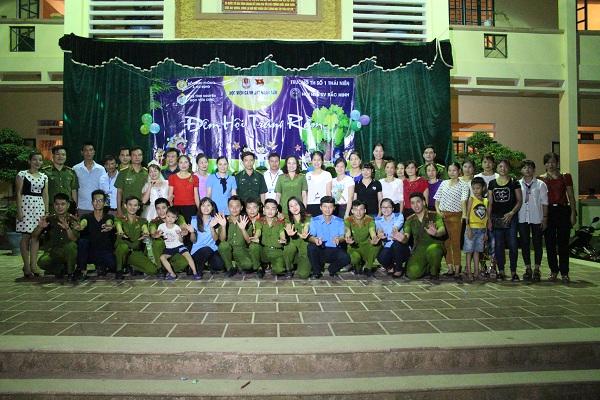 Đoàn Thanh niên hai đơn vị chụp ảnh lưu niệm cùng với thầy cô trường Tiểu học Thái Niên 1