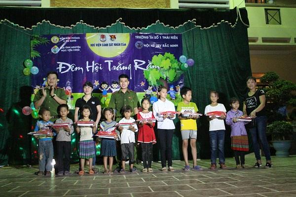 Đoàn Thanh niên Học viện CSND trao học bổng cho các em học sinh giỏi vượt khó