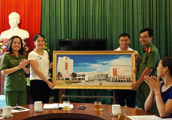 Lãnh đạo phòng CTĐ, CTCT&CTQC - Học viện CSND tặng tranh lưu niệm cho trường Tiểu học Thái Niên 1