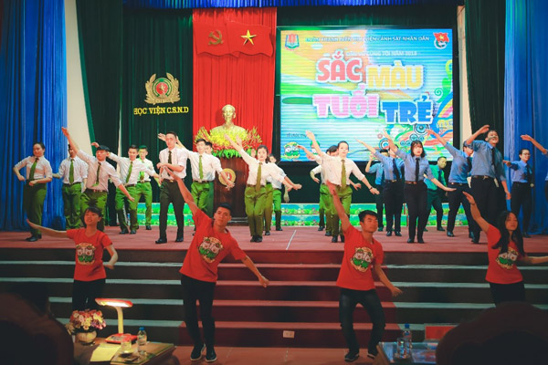 Tiết mục dân vũ mở màn đầy sôi động đến từ các huấn luyện viên và đại diện các đội tham gia dự thi