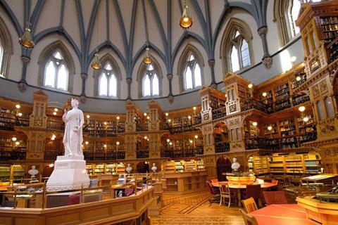 Thư viện Quốc hội Canada là một trong những thư viện đẹp nhất trên thế giới. Ở giữa phòng đọc của thư viện có đặt một bức tượng của Nữ hoàng Victoria.