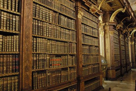 Thư viện chủng viện  Melk – Áo. Tu viện Melk hay có tên gọi khác là Stift Melk, được thành lập năm 1089, là một tu viện dòng tu Benedictine của Vương quốc Áo, là một trong những chủng viện nổi tiếng nhất thế giới. Sau Thế chiến II, tu viện bị cải tạo thành