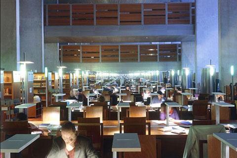 Thư viện Quốc gia Pháp lưu giữ rất nhiều những bản thảo của các nhà văn danh tiếng, những cuốn sách chép tay quý giá, những bản Kinh Thánh cổ cùng nhiều tài liệu có giá trị đặc biệt như Jikji, cuốn sách in kim loại đầu tiên thực hiện năm 1377, hay bức ảnh
