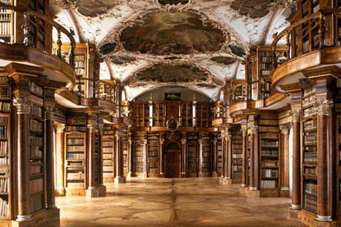 Thư viện Abbey St Gall, Thụy Sĩ được công nhận là một trong những thư viện phong phú nhất trên thế giới thuộc vùng Địa Trung Hải. Nó là nơi chứa một trong các bộ sưu tập sách toàn diện nhất vùng Địa Trung Hải, những cuốn sách được ra đời vào đầu thời kì Tr