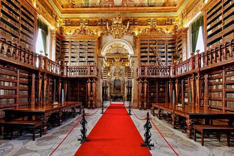 Thư viện Joanina là một tuyệt tác kiến trúc kiểu Baroque, tọa lạc tại Đại học Coimbra (Thổ Nhĩ Kỳ), được xây dựng vào thế kỷ XVIII dưới thời trị vì của nhà Vua João V. Thư viện Joanina hiện lưu giữ hơn 250.000 tác phẩm các loại, gồm các trước tác về y học,