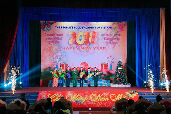 Thiếu tướng, PGS.TS Đặng Xuân Khang - Phó Giám đốc Học viện CSND tặng hoa chúc mừng các đơn vị tham gia biểu diễn