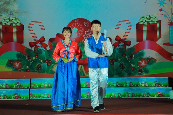 """Sinh viên Học viện CSND lộng lẫy trong quốc phục của Hàn Quốc """"Hanbok"""" trong phần trình diễn trang phục truyền thống các quốc gia trên thế giới"""