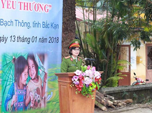 Trung tá Hoàng Ngọc Nguyễn Hồng - Phó Trưởng Khoa Ngoại Ngữ phát biểu tại buổi lễ