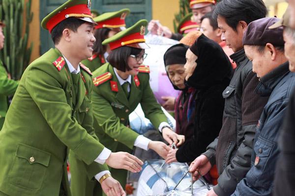 Đoàn thiện nguyện trao quà cho các gia đình có hoàn cảnh khó khăn của xã Sỹ Bình