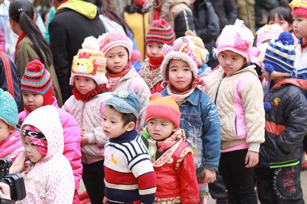 Đoàn thiện nguyện mong muốn chia sẻ những khó khăn với bà con nhân dân địa phương, mang đến cho các em nhỏ có một mùa đông ấm áp, đầy đủ hơn