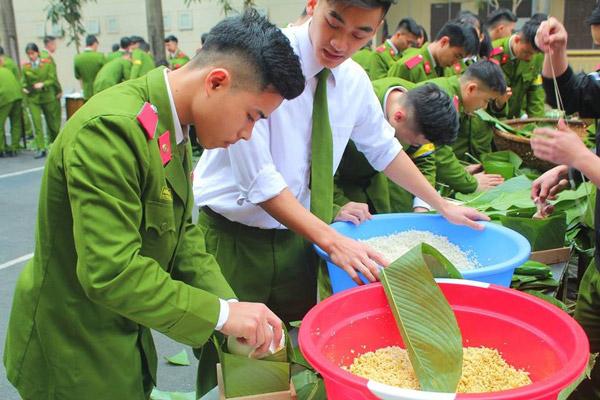 Gói bánh chưng là một hoạt động thường niên được các bạn học viên mong chờ nhất trong mỗi dịp trực tết