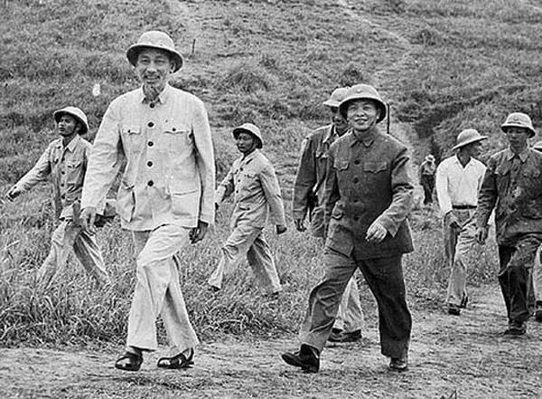"""""""Nước Việt Nam là một, dân tộc Việt Nam là một. Sông có thể cạn, núi có thể mòn song chân lý ấy không bao giờ thay đổi"""" - Hồ Chí Minh"""