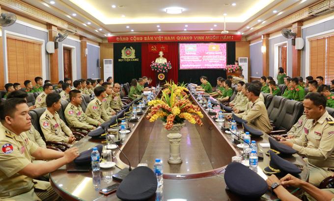 Khai giảng lớp Bồi dưỡng quản lý hành chính xã, phường cho cán bộ Bộ Nội vụ Vương quốc Campuchia
