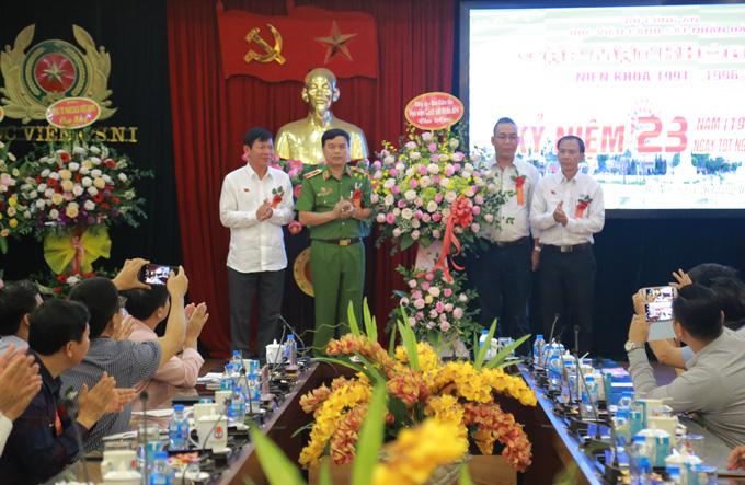 GS. TS Nguyễn Đắc Hoan, Phó Giám đốc Học viện tặng hoa cựu học viên Khóa D17