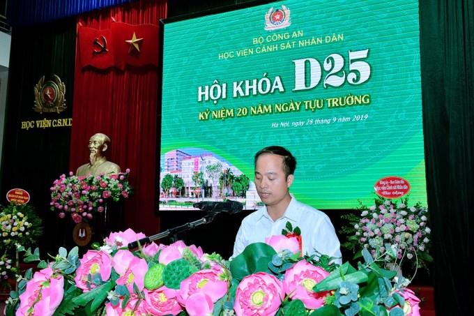 Trung tá, TS Hoàng Trọng Lực - Trưởng ban liên lạc khóa D25 báo cáo tổng kết tình hình khóa D25