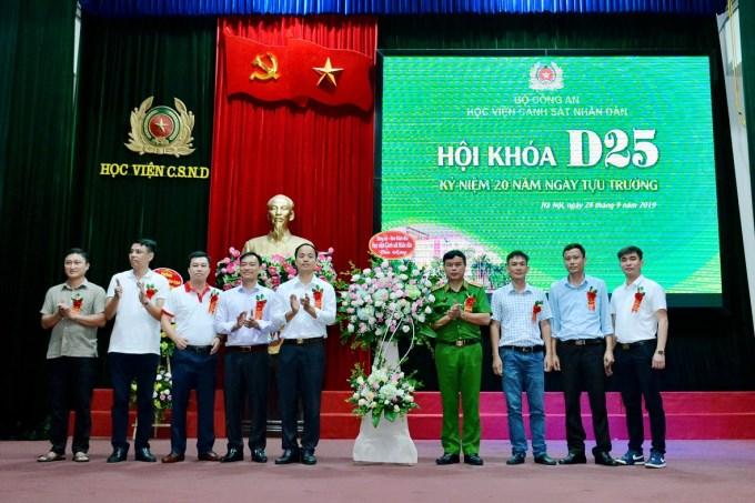 Thiếu tướng GS.TS Nguyễn Đắc Hoan - Phó Giám đốc Học viện tặng hoa chúc mừng Khóa D25