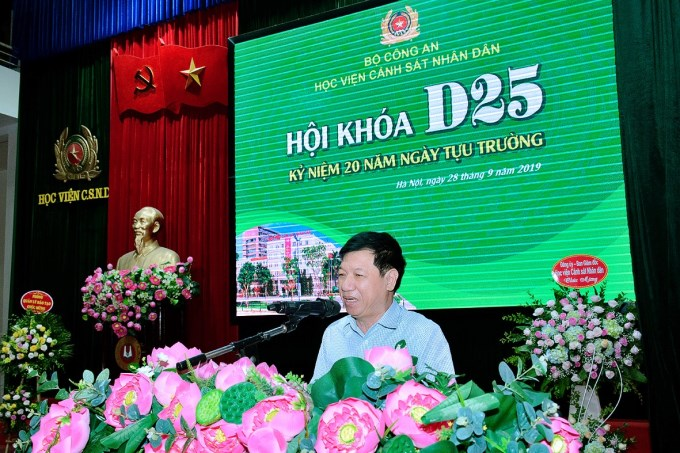 Thầy Phạm Thanh Thọ, nguyên giáo viên chủ nhiệm khóa D25 chia sẻ cảm xúc tại buổi hội khóa