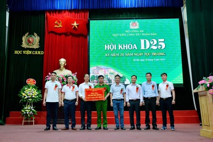 Đại diện Khóa D25 trao tặng 100.000.000 đồng cho quỹ khuyến học của Học viện CSND