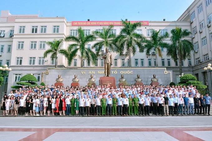 Tập thể Khóa D25 chụp ảnh lưu niệm cùng Đại điện Ban giám đốc Học viện và các thầy cô giáo