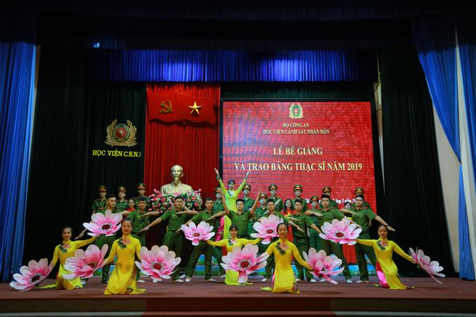 Bế giảng và trao bằng cho 288 tân thạc sĩ khóa 25