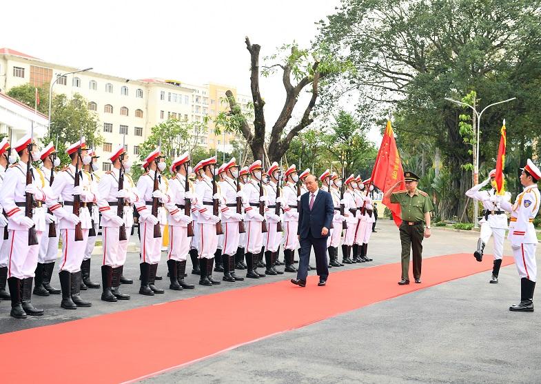 Thủ tướng Chính phủ Nguyễn Xuân Phúc duyệt Đội Danh dự Công an nhân dân.