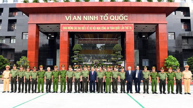 Thủ tưởng Chính phủ Nguyễn Xuân Phúc chụp ảnh lưu niệm cùng các đại biểu.
