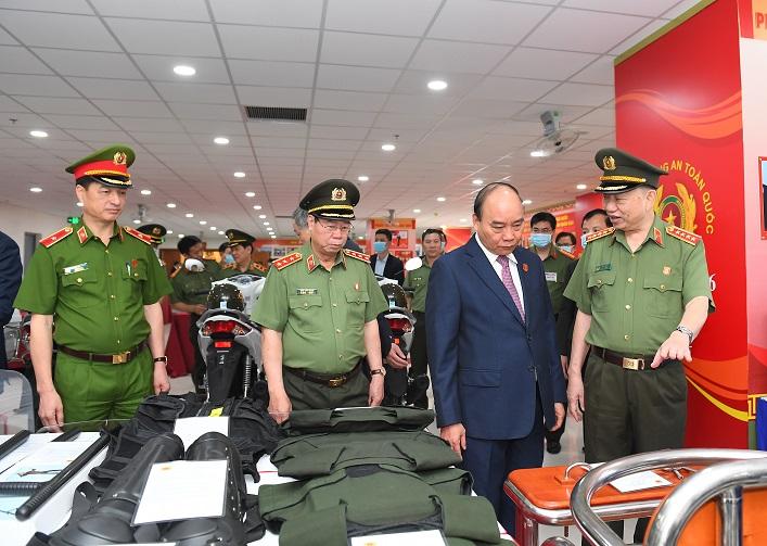 Thủ tướng Chính phủ Nguyễn Xuân Phúc cùng các đại biểu thăm quan các thiết bị an ninh, an toàn trưng bày tại Hội nghị.