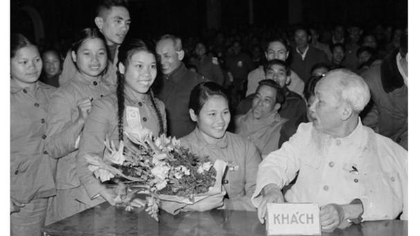 Chủ tịch Hồ Chí Minh nói chuyện với đại biểu thanh niên xung phong dự Đại hội TNXP chống Mỹ cứu nước toàn miền Bắc tháng 1/1967. Ảnh tư liệu