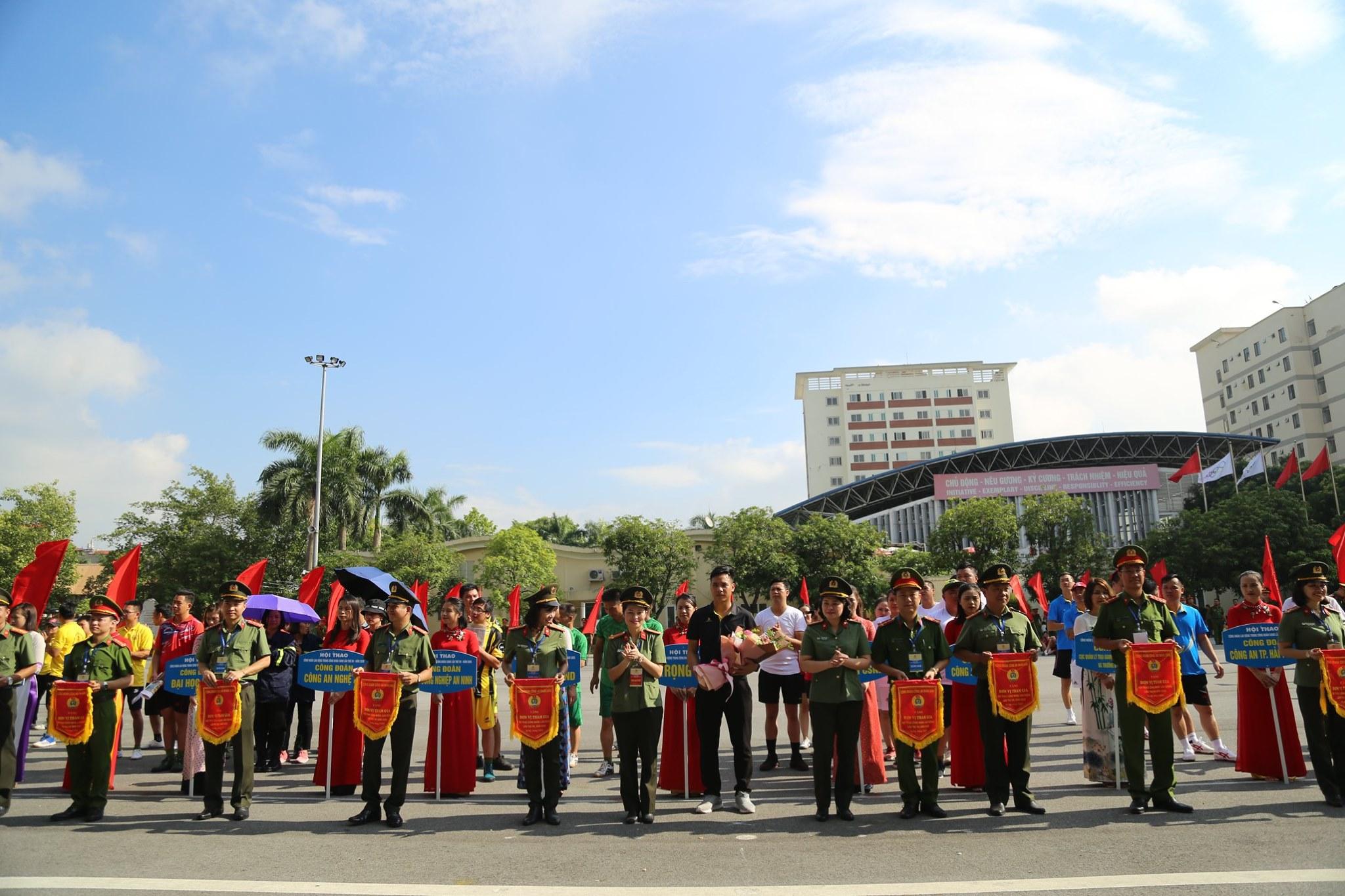 Đại diện Ban tổ chức trao cờ lưu niệm cho các Đoàn tham dự