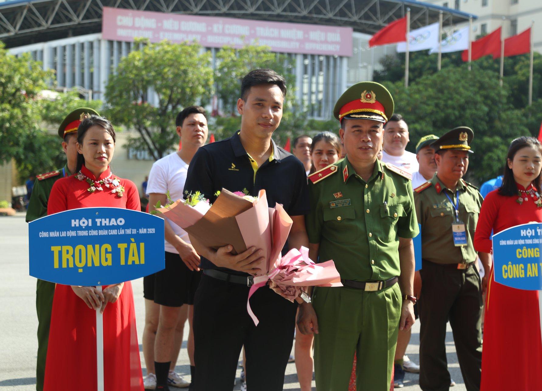 Thiếu tướng Nguyễn Đắc Hoan - Phó Giám đốc Học viện CSND tặng hoa cho Tổ trọng tài