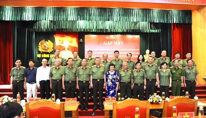 Bộ trưởng Tô Lâm với các đại biểu cùng các thương binh, thân nhân liệt sỹ, người có công với cách mạng tiêu biểu trong CAND.